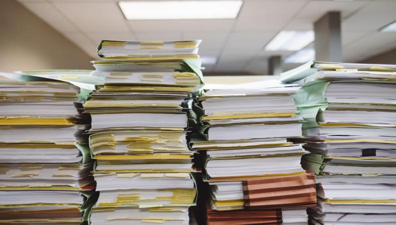 Store bunker med dokumenter.